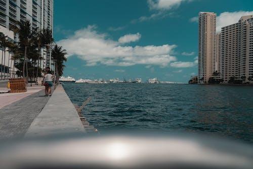 Základová fotografie zdarma na téma architektura, exteriér budovy, krásná obloha, lodě