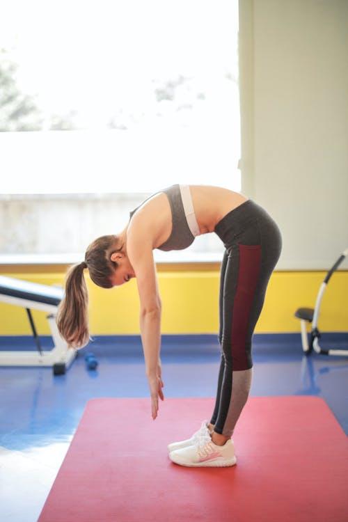 Vrouw In Zwarte Sportbeha En Zwarte Beenkappen Die Yoga Doen