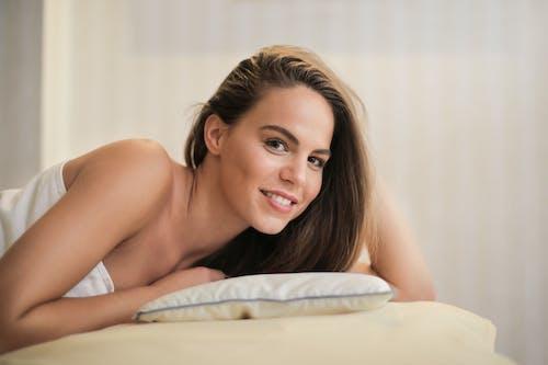 Ilmainen kuvapankkikuva tunnisteilla brunette, hieronta sänky, hymyily, ilme
