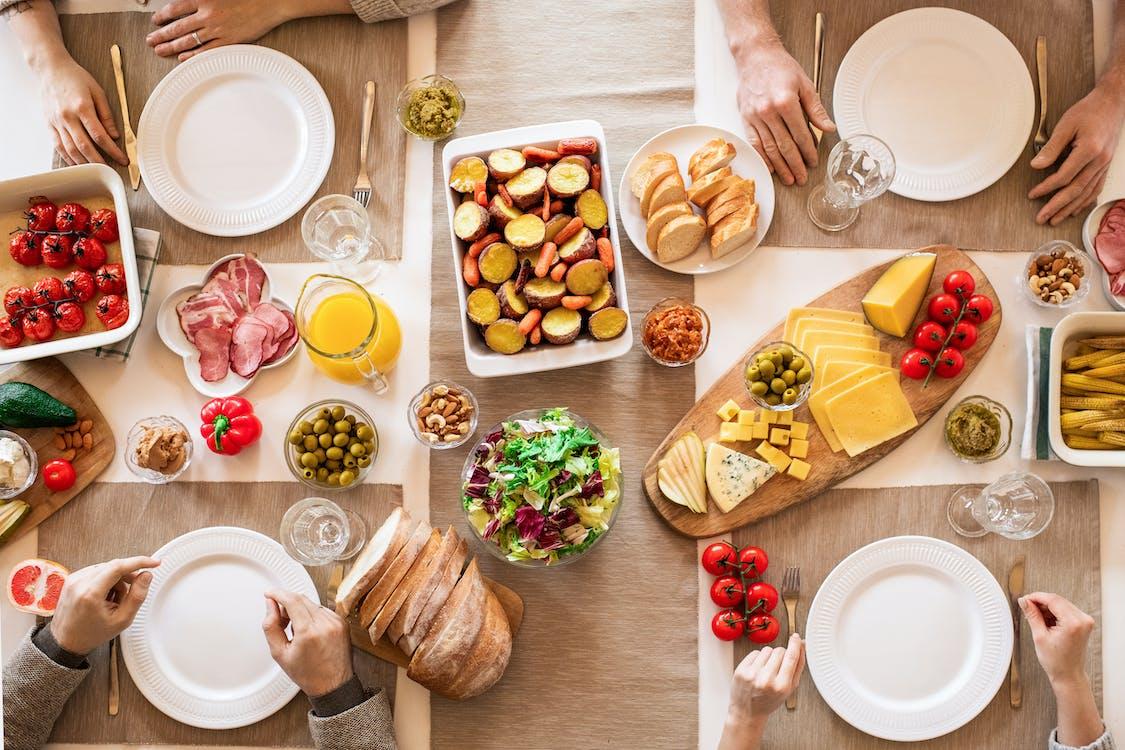 テーブルの上のスライスされたパンとチーズ