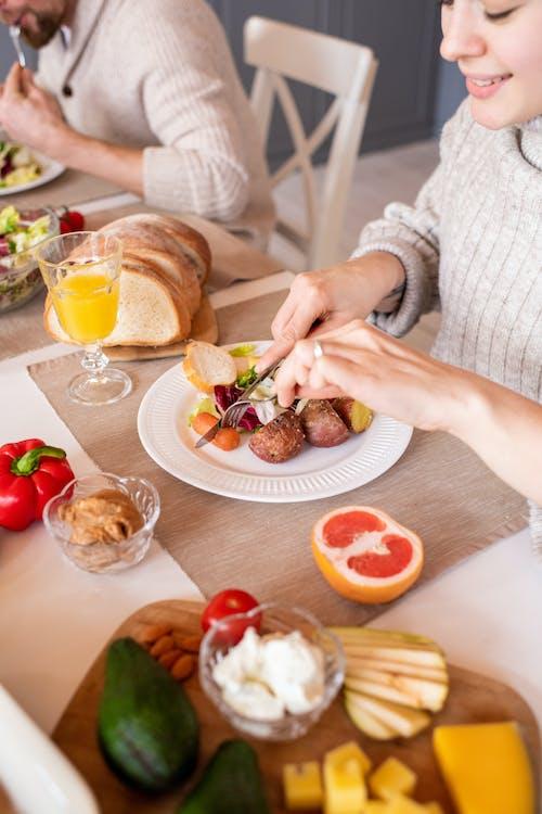 皿に食べ物をスライスする人