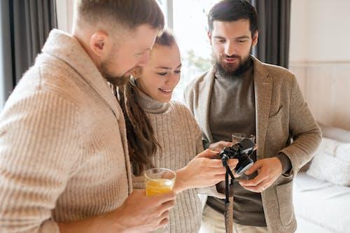 Foto profissional grátis de alegre, amigos, amizade, câmera