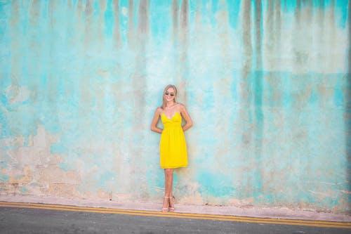 Darmowe zdjęcie z galerii z kobieta, kolor, młody, moda uliczna