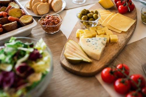 木製トレイのチーズのクローズアップ写真