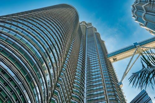 фото башен близнецов петронас под голубым небом под низким углом