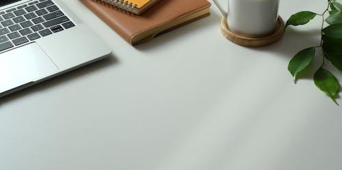 Foto profissional grátis de ambiente de trabalho, aparelho, balcão, cadernos