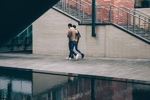 Foto stok gratis air, batu bata, berjalan, cityscape