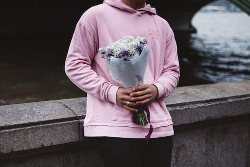 Gratis arkivbilde med blomster, bro, bukett, dame