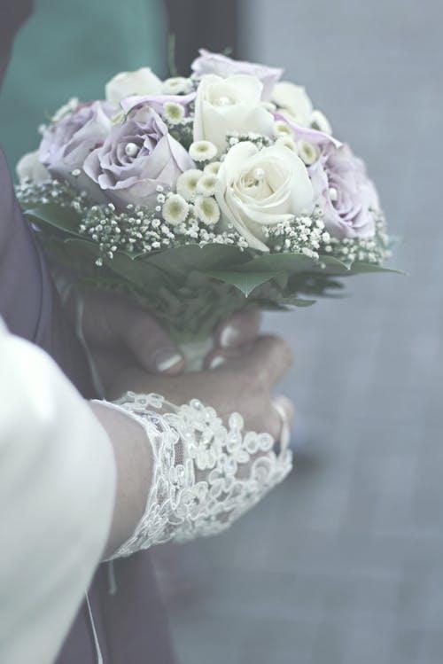 Wanita Memegang Buket Bunga