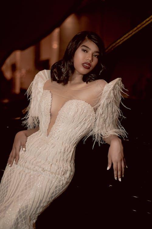 白いドレスを着ている女性の写真