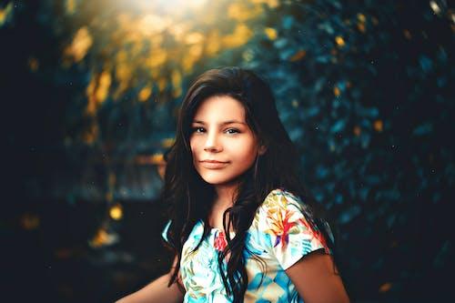 Foto profissional grátis de adolescente, bela menina, de pé, foco seletivo