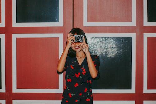 Fotobanka sbezplatnými fotkami na tému ázijské dievča, fotoaparát, krásne dievča, noc