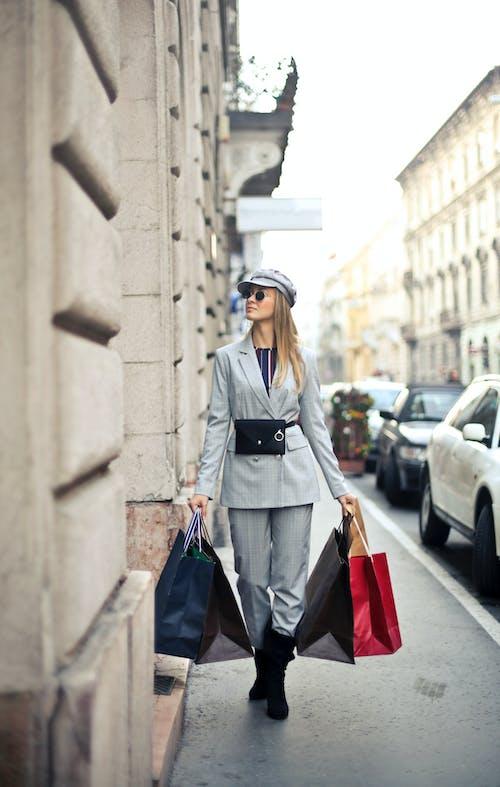 걷고 있는, 금발, 나르는, 다른 곳을 바라보는의 무료 스톡 사진