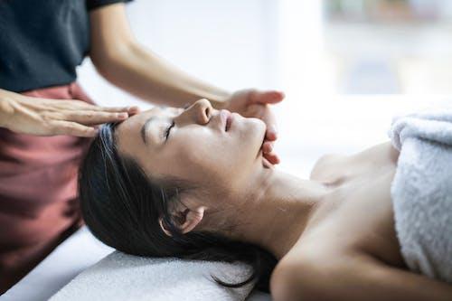 Selektives Fokusfoto Der Frau, Die Eine Kopfmassage Erhält