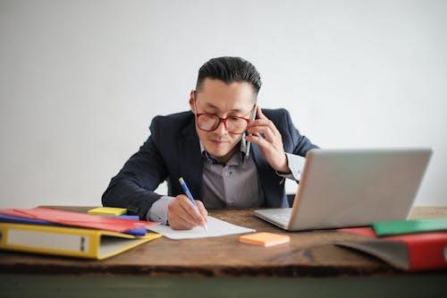 Kostnadsfri bild av affärsman, använder laptop, arbetssätt