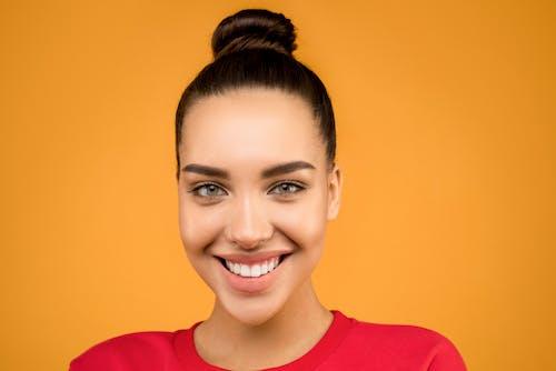 Gratis stockfoto met aantrekkelijk mooi, aantrekkingskracht, blij, bruin haar
