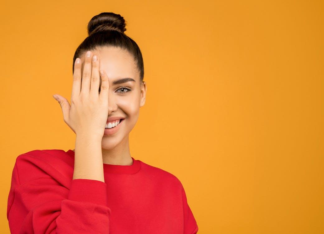 Frau Im Roten Langarmhemd