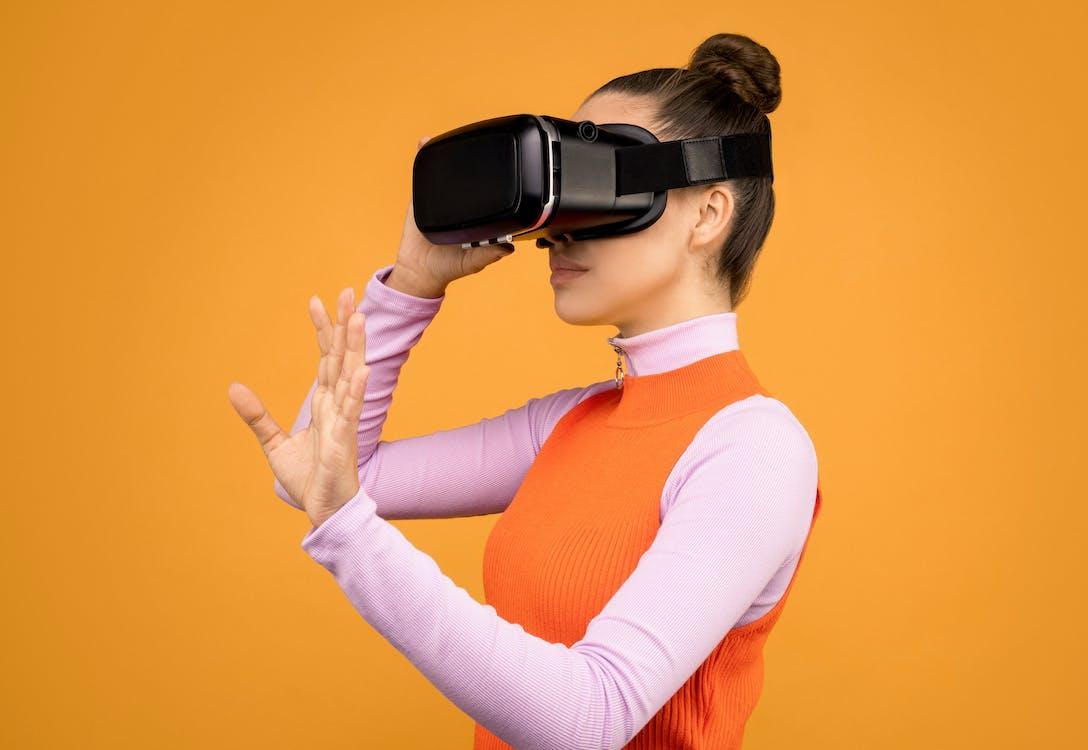 Frau, Die Ihr Virtuelles Realitäts Headset Anpasst