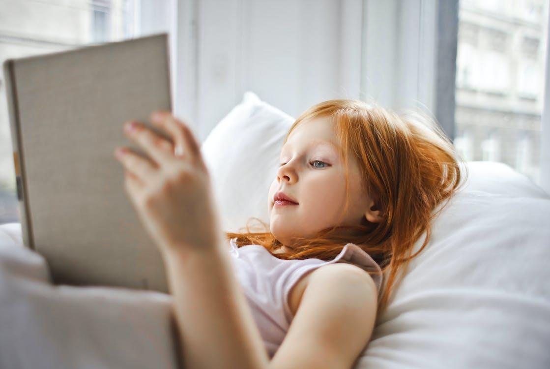 Een Meisje Dat Een Boek Leest Terwijl Liggend Op Bed