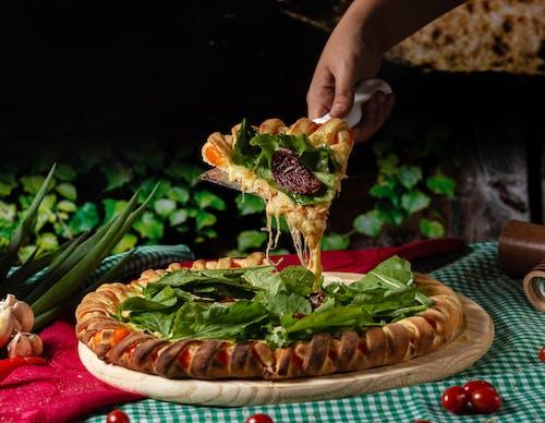 Person, Die Eine Gemüsepizza Hält