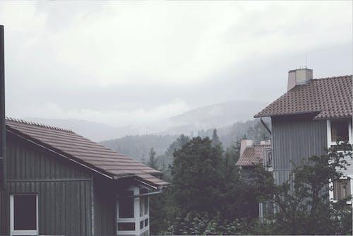 Kostenloses Stock Foto zu altes haus, berge, nebel