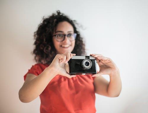 Imagine de stoc gratuită din aparat de fotografiat, aparat foto, brunetă
