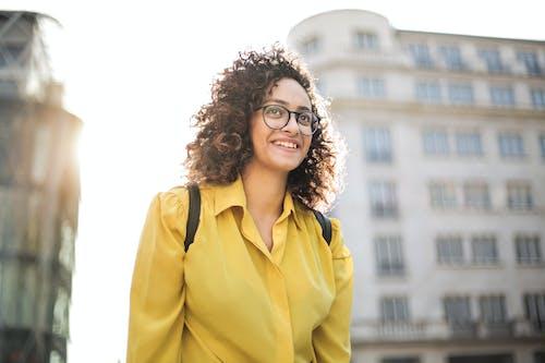 女人戴眼鏡的照片