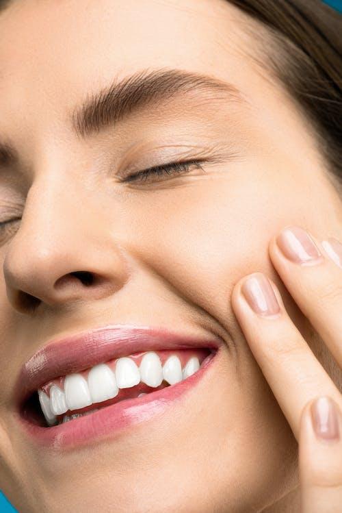 Бесплатное стоковое фото с canvacustombrief, белые зубы, глаза закрыты, губы