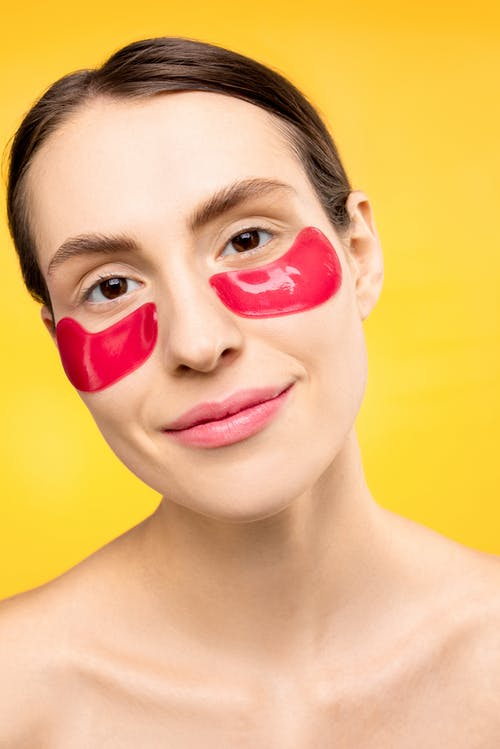 Frau Mit Roter Unter Augenmaske