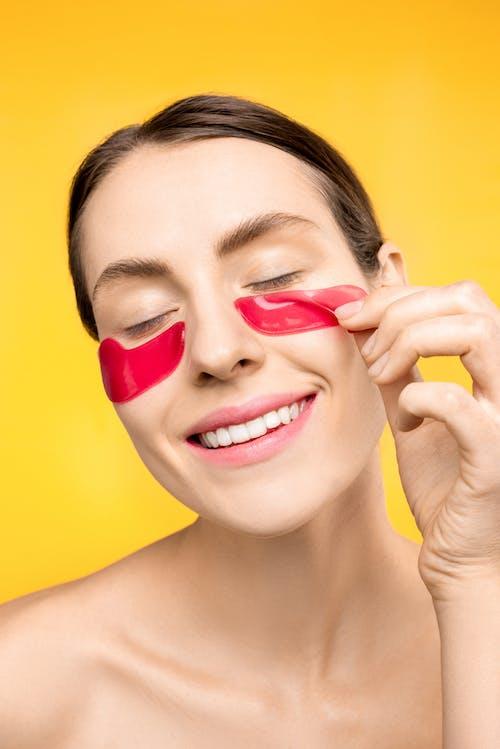 Mujer Con Máscara Roja Debajo De Los Ojos