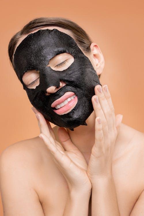 Oben Ohne Frau, Die Ihr Gesicht Mit Schwarzer Maske Bedeckt