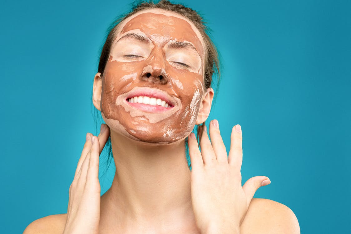Frau Mit Tonmaske Auf Gesicht