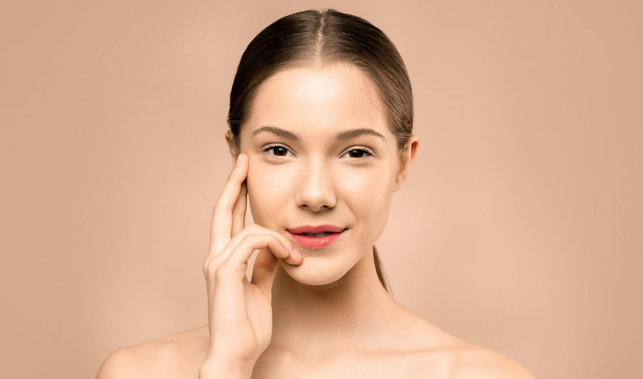 Wanita Dengan Lipstik Merah Muda Tersenyum
