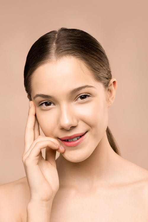 Wanita Dengan Lipstik Merah Tersenyum