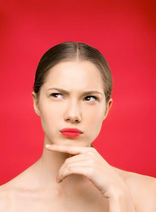 Wanita Dengan Lipstik Merah Dan Latar Belakang Merah