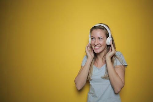Kadın Beyaz Kulaklık Müzik Dinleme