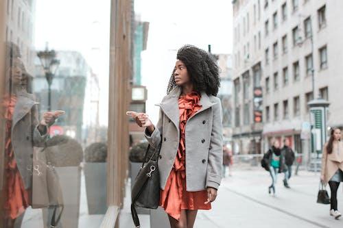 Ilmainen kuvapankkikuva tunnisteilla afrikkalainen nainen, afroamerikkalaiset naiset, heijastus, ikkuna