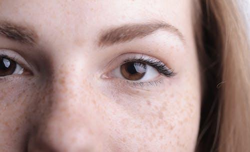 Close Upfoto Van De Ogen Van De Vrouw