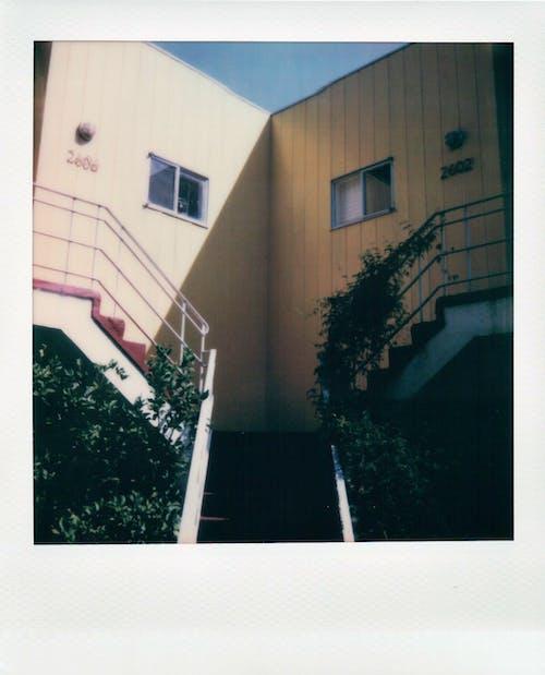 Fotos de stock gratuitas de al aire libre, árbol, arquitectura, balcón