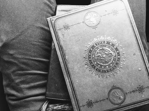 Darmowe zdjęcie z galerii z biblia, czarno-biały, dziennik, pisanie