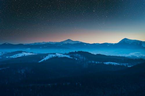 Darmowe zdjęcie z galerii z drzewa, góry, gwiazdy, krajobraz