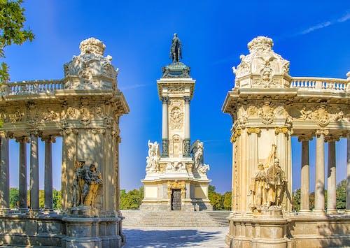 Estatuas De Hormigón Blanco Y Negro Bajo Un Cielo Azul
