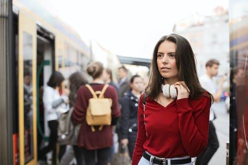 Wanita Muda Berdiri Di Peron Kereta