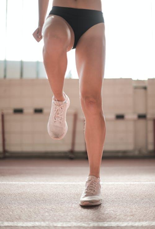 作物在做運動的運動內衣的女人