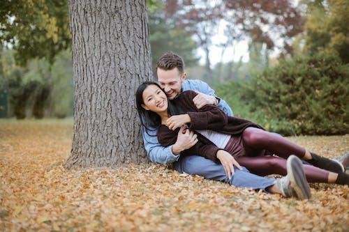 Ağacın Altına Uzanmış çift
