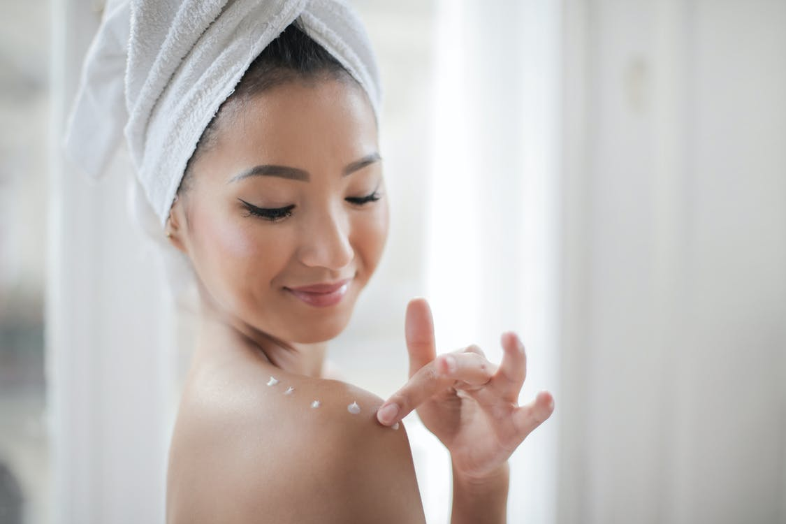 裸照女人把保濕霜