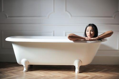 Mulher Dentro Da Banheira