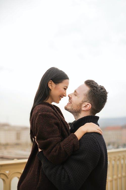 Messa A Fuoco Selettiva Foto Dell'uomo Che Solleva La Sua Donna