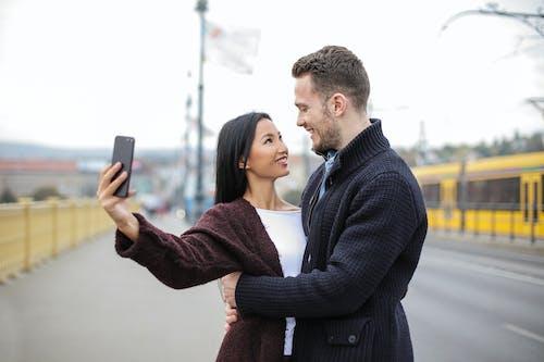 Δωρεάν στοκ φωτογραφιών με selfie, smartphone, αγάπη, αγκαλιάζω