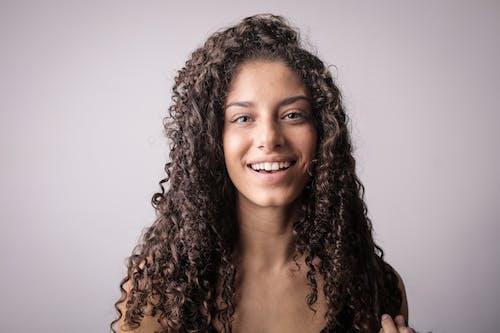Ilmainen kuvapankkikuva tunnisteilla brunette, harmaa tausta, hymyily, ilme